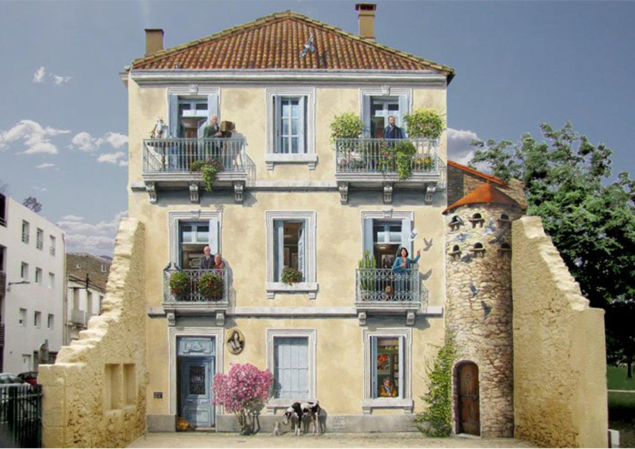 Después: ¡Qué bonito! Hay ventanas, puertas, plantas en los balcones. También hay un perrito, y una pequeña torre. ¡Nos encanta!