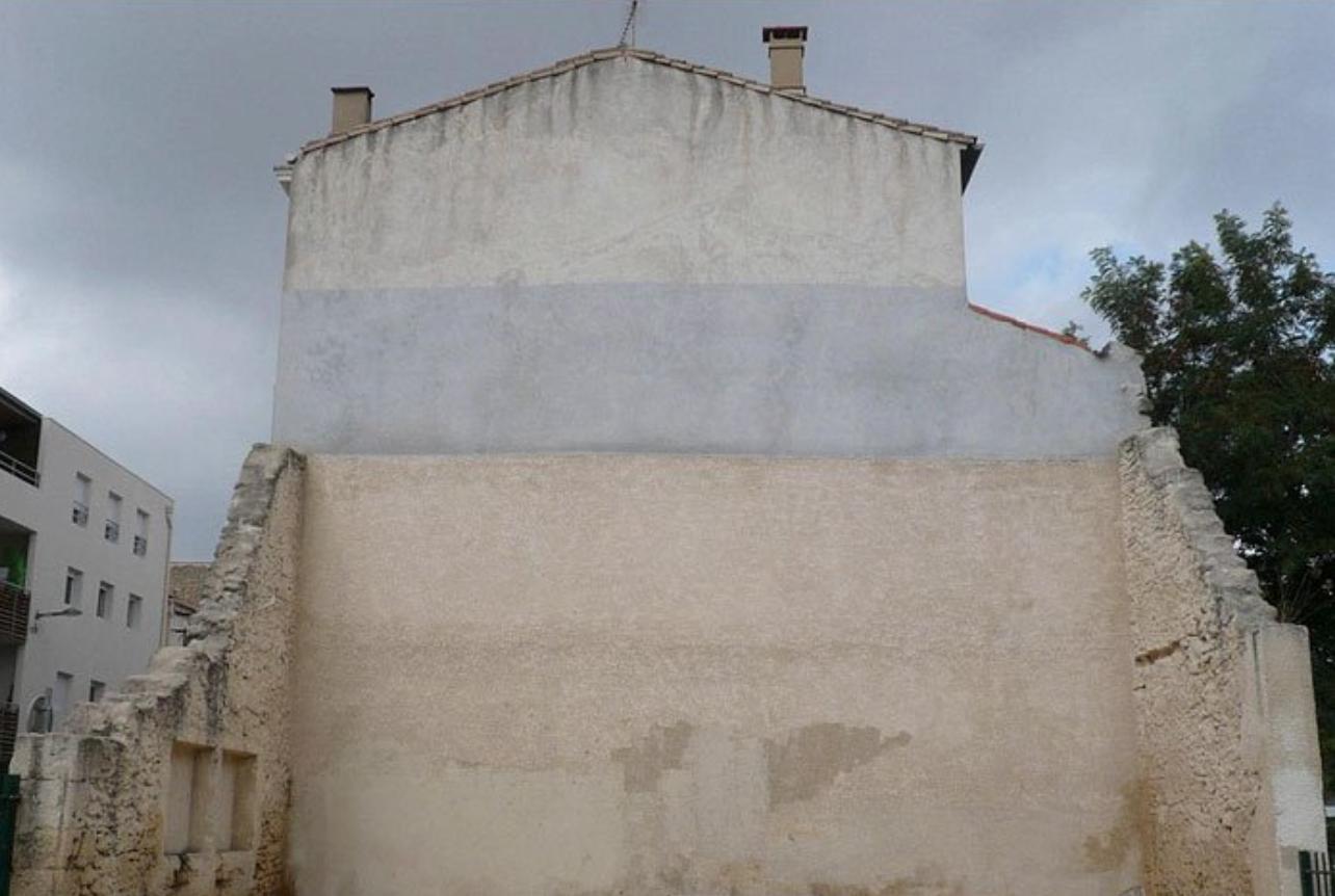 Antes: este edificio tiene una fachada horrible. Es de color beis y gris feo. ¡No nos gusta!