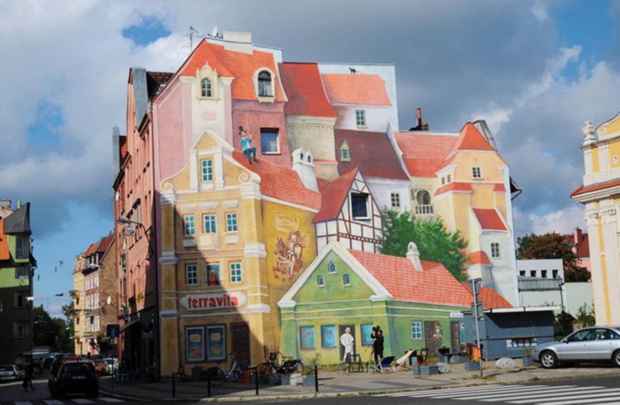 Después: Esta fachada es alegre y divertida. ¡Hay muchas casitas, parece un pueblo de verdad!